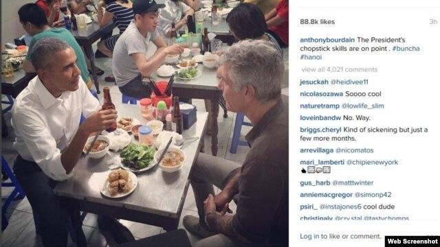 Tổng thống Barack Obama ăn bún chả Hà Nội cùng đầu bếp nổi tiếng trên truyền hình Hoa Kỳ Anthony Bourdain. Ảnh chụp màn hình trang Instagram Anthony Bourdain.