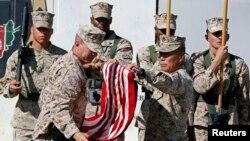 Quốc kỳ Mỹ được hạ xuống tại Trại Leatherneck, miền nam Afghanistan, ngày 26/10/2014.