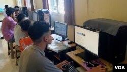 Aktivitas belajar dari rumah melalui daring dilakukan anak-anak Panti Asuhan Benih Kasih (foto ilustrasi - Petrus Riski/VOA).