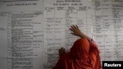 Một phụ nữ tìm kiếm thông tin về thành viên gia đình trên chiếc phà bị chìm Sulawesi, Indonesia, ngày 21/9/2015.