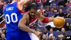 El brasileño Nene, de los Wizards de Washington supera la marca de Spencer Hawes de Filadelfia, en el juego que los capitalinos ganaron 107 a 99.