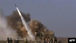 Ảnh phát hành bởi cơ quan truyền thông bán chính thức của Iran Mehr cho thấy Vệ binh Cách mạng Iran theo dõi vụ phóng phi đạn Zelzal trong cuộc tập trận bên ngoài thành phố Qom, ngày 28/6/2011