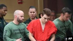 佛州高中枪击案嫌疑人尼古拉斯·克鲁兹被带入法庭接受聆讯。(2018年3月14日)