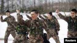 中国人民解放军士兵在中国黑龙江军事基地训练