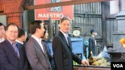 2015年5月23日张志军(右一)在合利钢刀店看打造金门菜刀(夏张会媒体群组)
