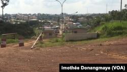Frontière de Mezeng, au Gabon, et Mongomo en Guinée équatoriale visible au loin, 26 janvier 2017. (VOA/ Timothée Donangmaye)