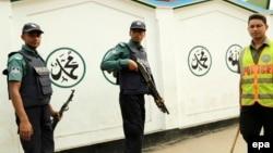 Cảnh sát Bangladesh đứng canh bên ngoài một đền thờ Hồi giáo Shia ở Dhaka.