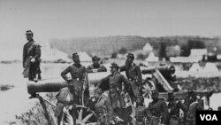 69-cu Nyu York batalyonu sahil hovitzer topunun yanında keşik çəkir.