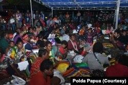 Warga dari Tembagapura yang mengungsi ke Timika karena adanya konflik senjata, Senin 9 Maret 2020. (Foto: Polda Papua)