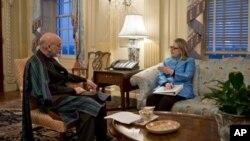 美國國務卿克林頓星期四會見了阿富汗總統卡爾扎伊