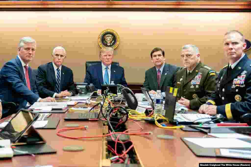 26 октября 2019 «Прошлой ночью Соединенные Штаты совершили правосудие над террористическим лидером номер один в мире», – заявил президент 26 октября 2019 после проведения операции по устранению Абу Бакра аль-Багдади.  На этом снимке – президент Трамп вместе с вице-президентом Майком Пенсом, главой Пентагона Марком Эспером и другими высокопоставленными чиновниками и американскими командующими наблюдают за ходом операции. Абу Бакр аль-Багдади был лидером «Исламского государства», за информацию о котором в 2016 году США предложили награду в 25 млн долларов.