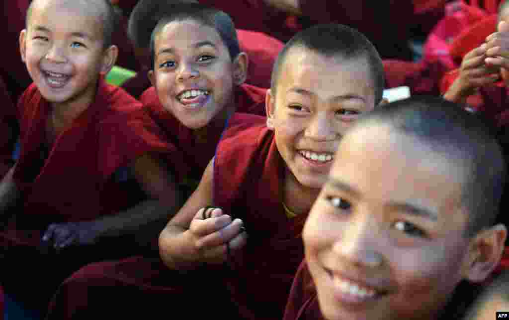 Bhiksu Buddha muda ikut berpartisipasi dalam doa ajaran agama khusus yang dihadiri oleh pemimpin spiritual Tibet, Dalai Lama selama acara Kalachakra di Bodhgaya.