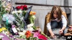 比利時猶太博物館外一位女士點燃蠟燭悼念死難者