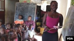 Rebecca Kamara teaches children in Anne-Marie Caulkner's home in Freetown, Sierra Leone, where schools have long been closed because of the Ebola outbreak, Feb. 26, 2015. (Credit: Nina DeVries/VOA)