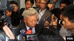 លោក Jin Liqun (ជីន លីជុន) ប្រធានតែងតាំងថ្មី នៃ«ធនាគារវិនិយោគទុនហេដ្ឋារចនាសម្ព័ន្ធតបន់អាស៊ី» ដែលដឹកនាំដោយប្រទេសចិន ថ្លែងទៅកាន់អ្នកកាសែតនៅក្រោយបទបង្ហាញមួយនៅវិទ្យាស្ថានស្រាវជ្រាវ Brookings Institute ក្នុងរដ្ឋធានីវ៉ាស៊ីនតោនកាលពីថ្ងៃពុធទី២១ ខែតុលា ឆ្នាំ២០១៥។ (សឹង សុផាត/VOA)