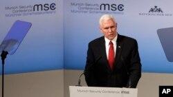 Wapres AS Mike Pence menyampaikan pidato pada Konferensi Keamanan di Munich, Jerman, 18 Februari 2017. (AP Photo/Matthias Schrader)