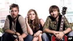 从左到右:Charles Kelley, Hillary Scott, Dave Haywood.Lady Antebellum的新歌Need You Now显出上升强势