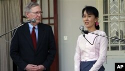 버마의 민주주의 발전을 위해 협력하겠다는 뜻을 밝히는 민주화 운동 지도자 아웅산 수치 여사