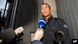 Mohamed Abdeslam s'adresse aux médias à sa maison dans le quartier Molenbeek à Bruxelles, 16 novembre 2015.