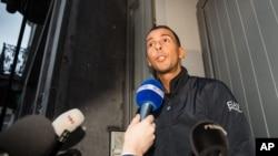 Mohamed Abdeslam s'adresse à la presse à son domicile dans la banlieu de Molenbeek à Bruxelles le lundi 16 novembre 2015.