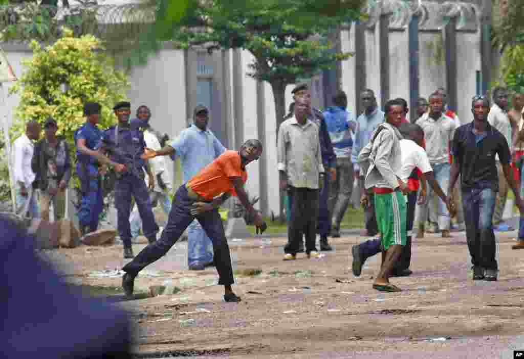 Wafuasi wa kiongozi wa upinzani wa Congo Etienne Tshiusekedi wakiwatupia mawe polisi wa kupambana na ghasia nje ya makao makuu ya kiongozi wao mjini Kinshasa