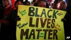 示威者在纽约游行,抗议陪审团对涉入一名黑人死亡案件的白人警官不与起诉的决定。