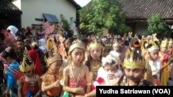 Ratusan siswa berkumpul sebelum kirab budaya bertema wayang di SD Negeri 26 Solo dalam kegiatan Wayang Masuk Sekolah, Rabu (18/7).
