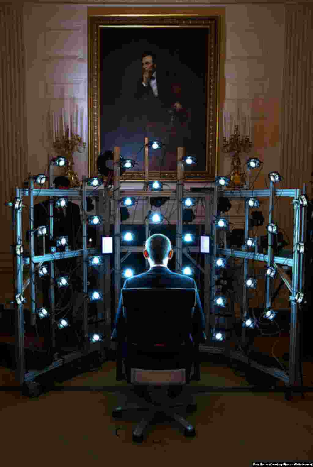 Barack Obama est assis pour faire son portrait en 3D dans un institut du Smithsonian à Washington DC, le 9 juin 2014.