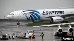 Un avion d'EgyptAir sur le tarmac de l'aéroport Charles de Gaulle à Paris, 19 mai 2016.