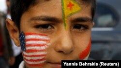 Suruç'ta Kobani'ye geçecek Peşmerge güçlerini beklerken yüzünü Amerikan ve Kürt bayraklarıyla boyayan bir çocuk