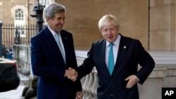 ARSIP - Menlu Inggris, Boris Johnson (kiri) dan Menlu AS, John Kerry, dalam sebuah konferensi pers bersama setelah rapat terkait situasi di Suriah (16/10). Lancaster House, London, Inggris. (foto: REUTERS/Justin Tallis)