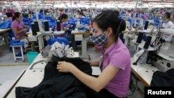 Công nhân dệt may tại một nhà máy do Singapore làm chủ, đặt ở ngoai thành Hà Nội.