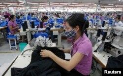 Việt Nam hiện cạnh tranh với các nước láng giềng Campuchia và Myanmar để trở thành quốc gia xuất khẩu hàng may mặc hàng đầu trên thế giới.
