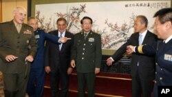 2012年9月18日,中共中央軍委副主席徐才厚(右三)、訪問北京的美國國防部長帕內塔(左三)準備和美中兩軍高級將領合影。中共在召開十八大前夕調整了解放軍高級將領的人事安排,軍委也將換屆。
