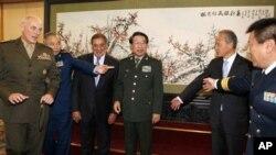 2012年9月18日,中共中央军委副主席徐才厚(右三)、访问北京的美国国防部长帕内塔(左三)准备和美中两军高级将领合影。中共在召开十八大前夕调整了解放军高级将领的人事安排,军委也将换届。