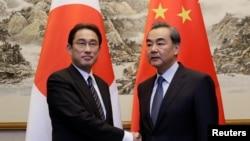 中国外长王毅在北京钓鱼台会见了到访的日本外相岸田文雄(左)。(2016年4月30日)