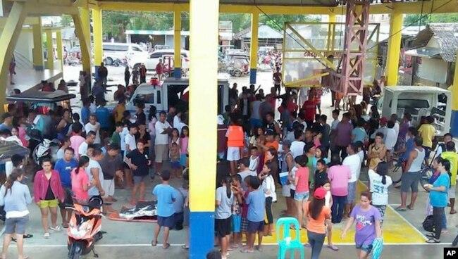 Nhiều người tụ tập tại tòa nhà nơi các hành khách được cứu trong vụ lật phà ở tỉnh Quezon.