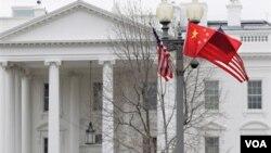 La avenida Pensilvania, frente de la Casa Blanca, se presenta decorada para la ocasión de la cena de estado entre los presidentes de Estados Unidos y China.