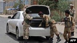 Binh sĩ Yemen đang kiểm tra xe cộ tại một trạm kiểm soát trong thủ đô Sana'a