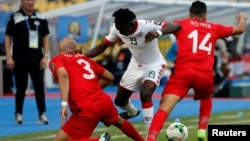 Aymen Abdennour de Tunisie, à gauche, et son coéquipier Mohamed Ben Amor, face au Burkinabè Bertrand Traoré, au centre, lors du match de quarts de finales de la Coupe d'Afrique des Nations entre la Tunisie et le Burkina, Tunisie - Stade de l'Amitié - Libreville, Gabon, 28 janvier 2017.