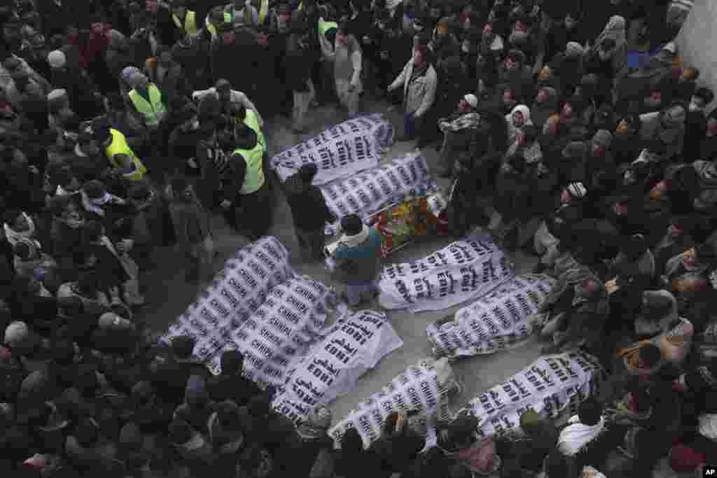 Pakistanda öldürülən mədən işçilərinin dəfn mərasimi