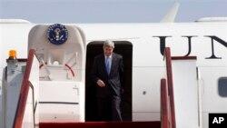 카타르 도하에 도착한 케리 미 국무장관