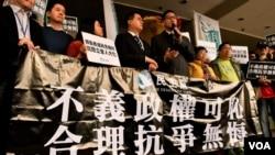 香港民主黨兩名立法會議員林卓廷及尹兆堅,被控妨礙立法會人員執行職務及普通襲擊罪,在法院提堂。(美國之音湯惠芸)