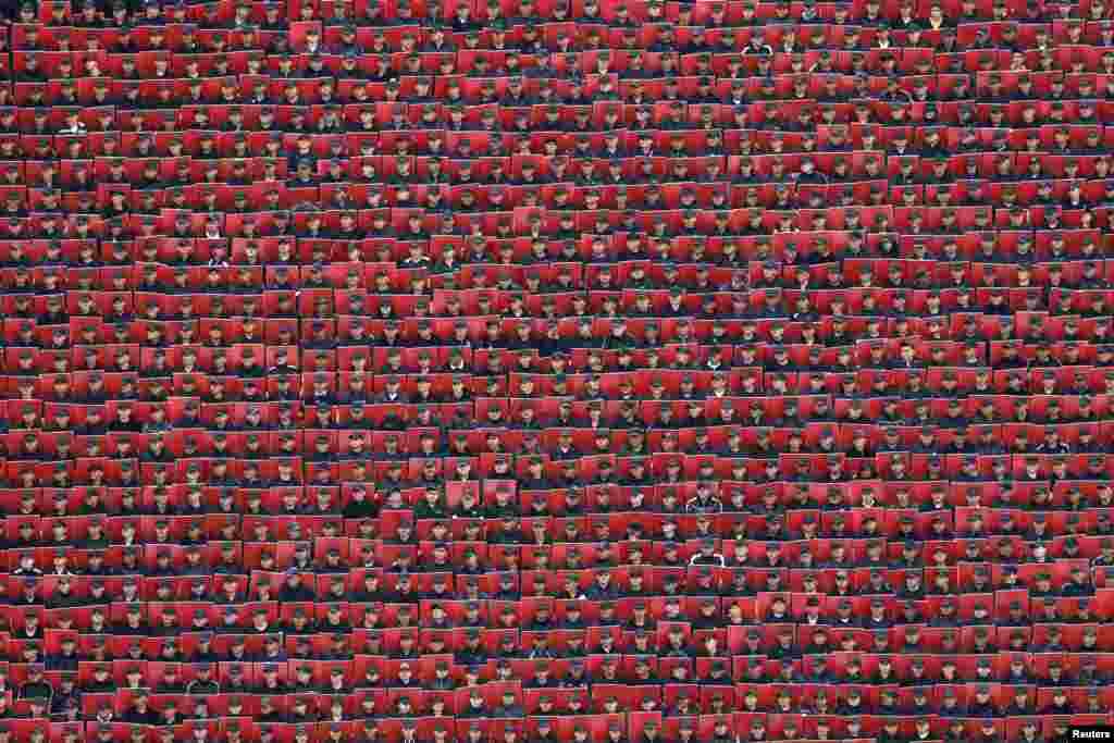 Militer Meksiko memegang kardus merah dalam parade HUT Kemerdekaan di LapanganZocalo,Mexico City.