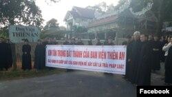 Đan sĩ đan viện Thiên An tuần hành phản đối xây dựng trái phép trên đất đan viện.