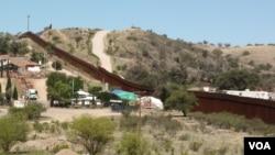 美(右)墨边境上的界墙
