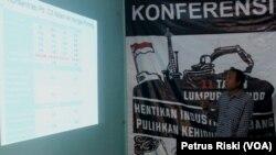 Direktur Eksekutif WALHI Jawa Timur, Rere Christanto memberikan keterangan pers mengenai kandungan logam berat di sungai Porong, pada peringatan 11 Tahun Lumpur Lapindo di Surabaya, Senin 29 Mei 2017 (Foto: VOA/Petrus Riski).