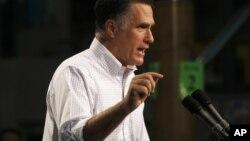 El republicano Mitt Romney dice que Obama busca beneficiar a los pobres perjudicando a la clase media.