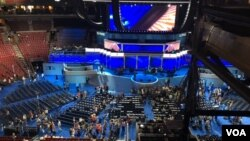 Persiapan Konvensi Nasional Partai Demokrat di Wells Fargo Center, Philadelphia (24/5). (VOA/Yoni Puspadi)