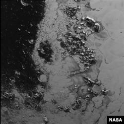 Вкриті кригою гори Плутона